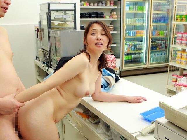 コンビニで一緒に働く店長の奥さんは誰もがソソる美熟女なのでヤラずにはいられない(3)