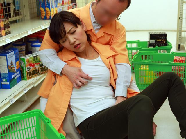 コンビニで一緒に働く店長の奥さんは誰もがソソる美熟女なのでヤラずにはいられない(5)