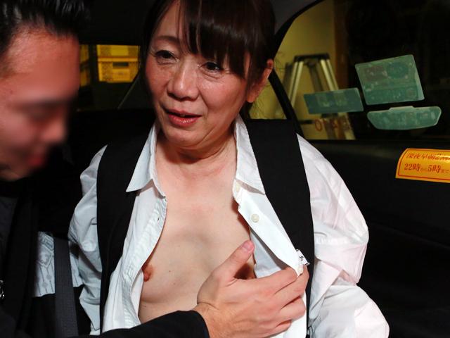 初乗り料金でヤラせてくれる五十路美熟女タクシードライバーが存在した!「お客さんに迫られたら断れないんです…」