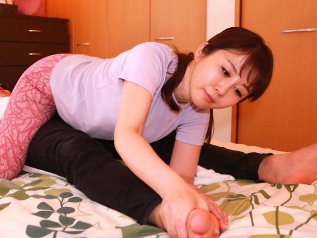 人妻訪問マッサージは割とお触りを許してくれるのでお願いしたら射精させてくれました!(4)